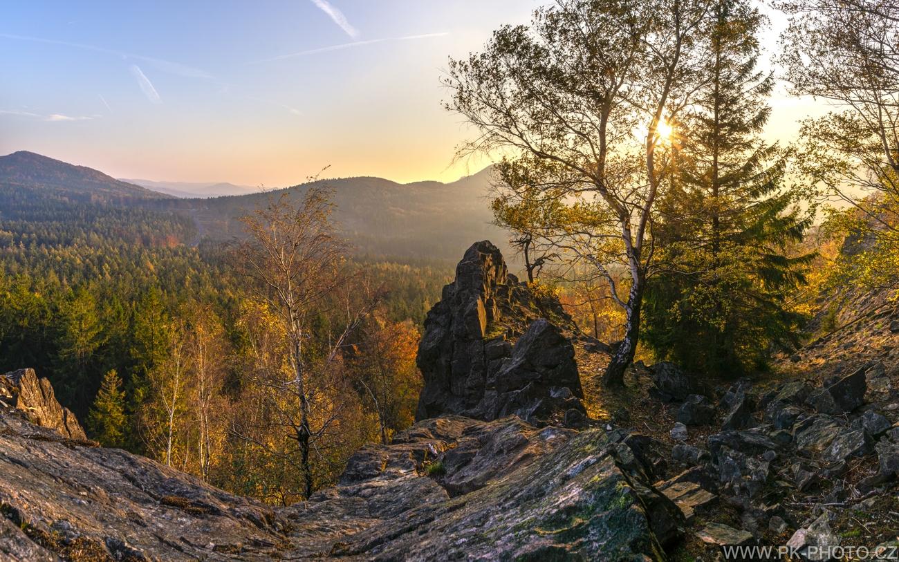 podzimní západ slunce v mlžném oparu