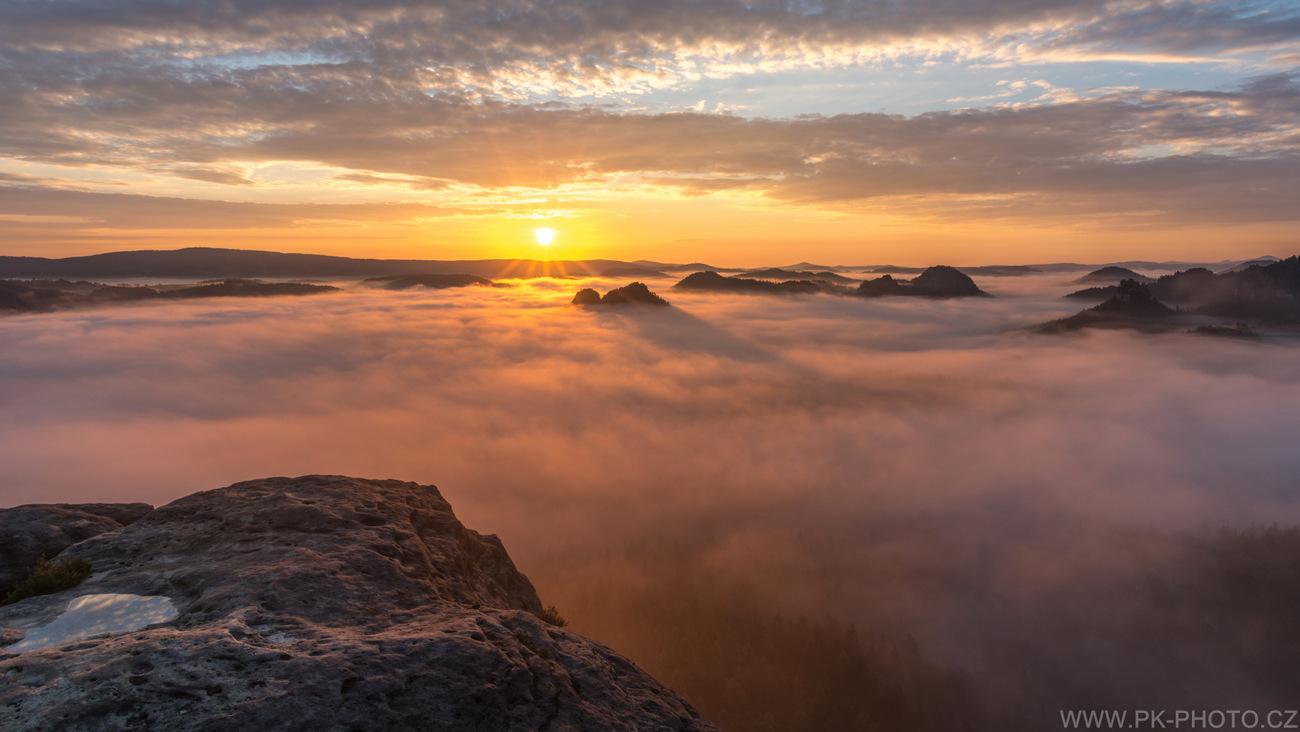 magický východ slunce nad mořem mlh